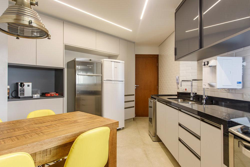 Daniela-Marques-Arquitetura-043-Cozinha-Mesa-Madeira-Demolicao.jpg