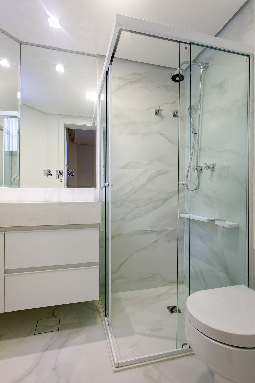 Daniela-Marques-Arquitetura-105-Banheiro-Branco-Porcelanato-Marmorizado.jpg