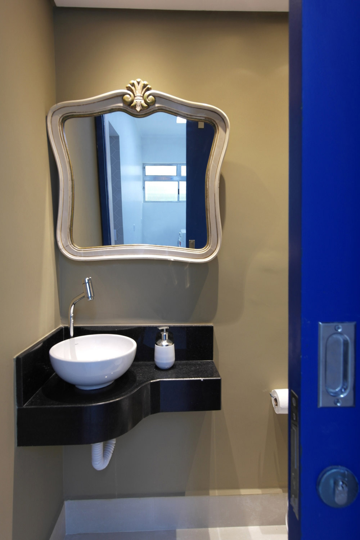 """Primeiramente, o chuveiro foi eliminado, assim como os azulejos. Depois, a escolha da nova cuba de apoio, o espelho com moldura e a pintura tornaram o banheiro bem mais convidativo,com""""cara de lavabo"""". -"""