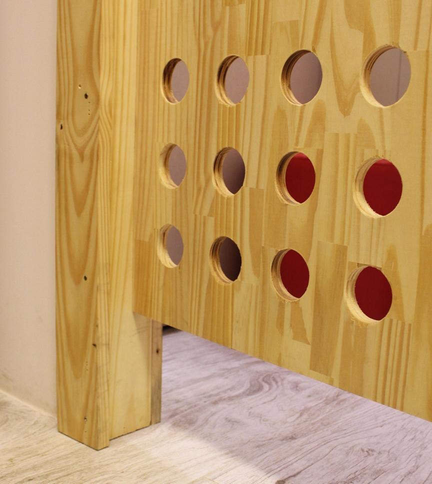 No piso, foram instaladas réguas de porcelanato padrão madeira, de cor clara e efeito envelhecido. A madeira aparece também no acabamento dos gaveteiros, nos caixotes que compõem a estante da vitrine e na porta do provador, dando um ar mais rústico à loja -
