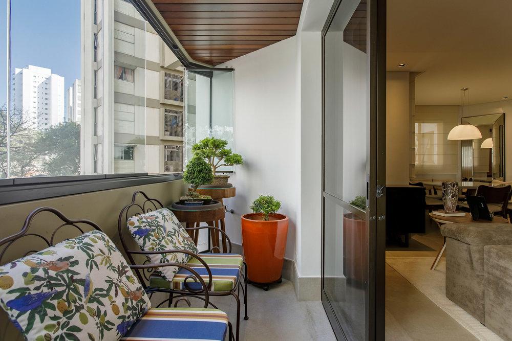 Daniela-Marques-Arquitetura-012-Varanda-Bonsai-Cadeira-Ferro.jpg