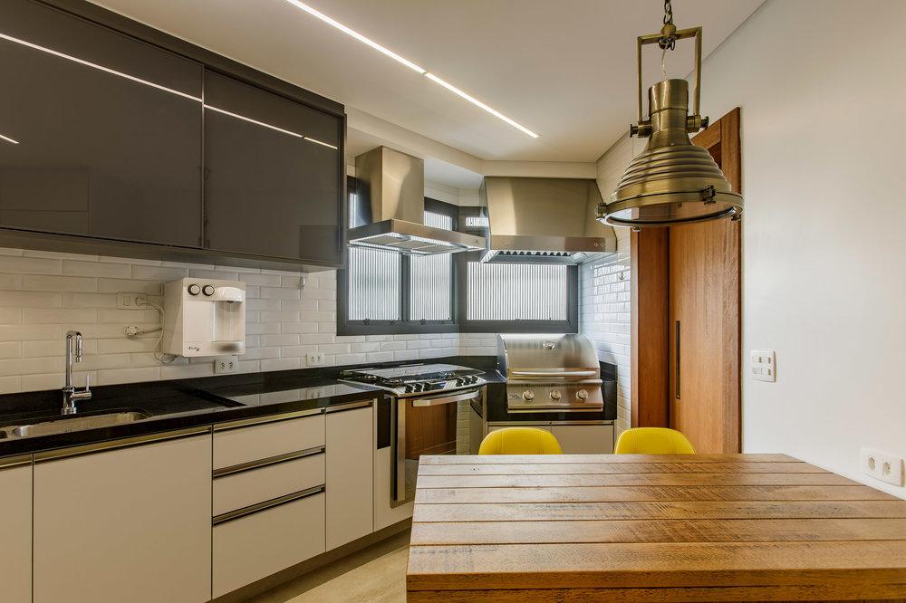 Daniela-Marques-Arquitetura-042-Cozinha-Cinza-Churrasqueira-Gas.jpg
