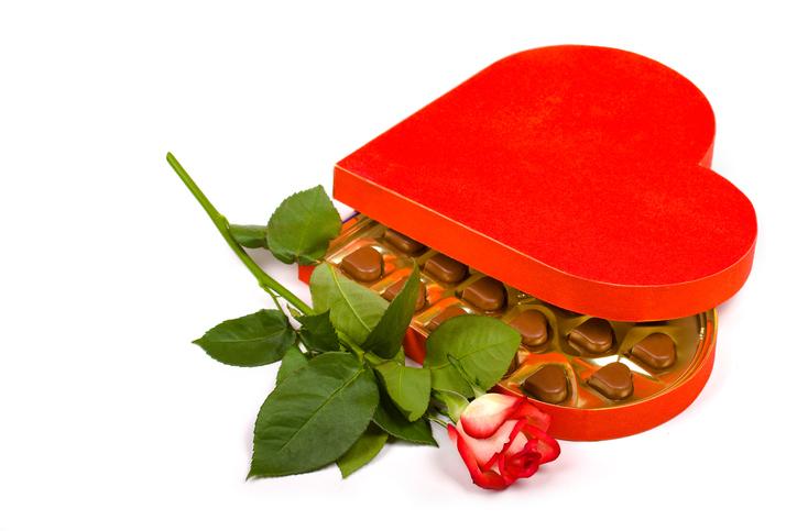 Valentine-cholocate-box-with-rose-173638689_725x483.jpeg