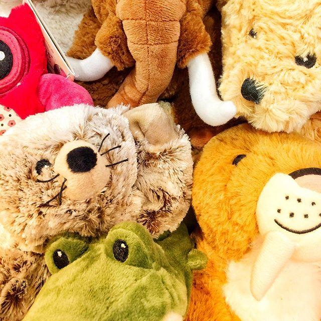 Flauschige Freunde. Die #warmieslove Kuscheltiere wärmen Gross und Klein.  Im Backofen oder der Mikrowelle wird die Hirse- und Kräuterfüllung auf eine kuschelige Temperatur erwärmt. Macht sich in jedem Bett gut.  #albisdrogerielangnau
