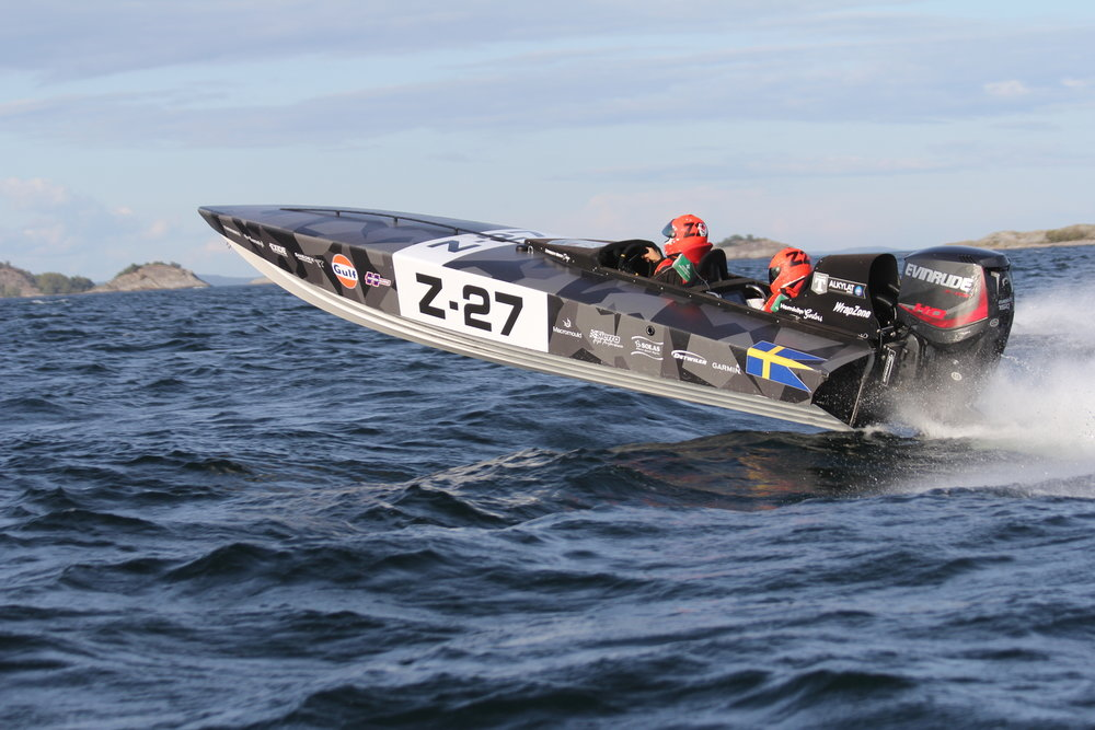 22R - The 22 Race version has a centered cockpit for 2 and uses a ballast.