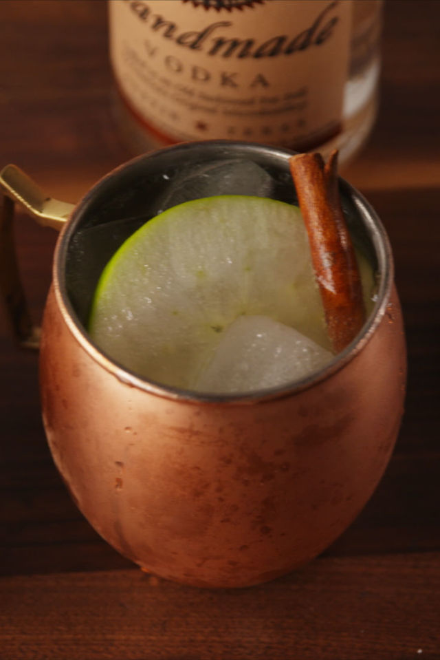Apple Cider Mules - The perfect, most delicious Instagrammable beverage for Thanksgiving.