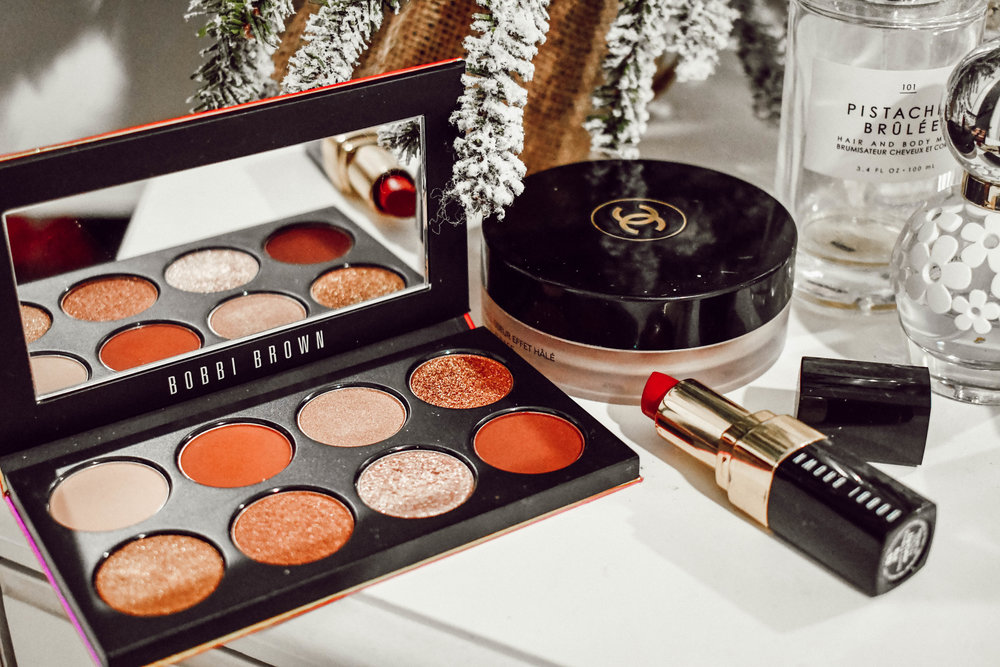 Easy holiday Makeup look - It is finally December, my favorite month of the year! I love all the decorating, snow, hot chocolate, sitting by a fire and spending time with family. There is nothing better! That also means that there are lots of holiday parties and events to attend…