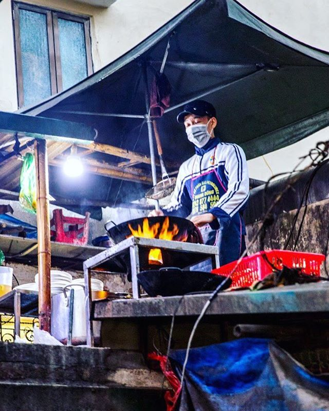 Thursday : Up on top, with a wok. • • • • • #travel #artofvisuals #instatravels #igtravels #instagood #beautifuldestinations #passionpassport #discovertheworld #discoverearth #earthofficial #travelstoke #travelblogger #doyoutravel #theglobewanderer #worlderlust #southeastasia #TravelBug #TravelPics #TravelMore #wander #TravelAddict #wanderlust #SPICollective #streetclassics100k #streetsnaps #MySPC #zonestreet #vietnam #hanoi #asia