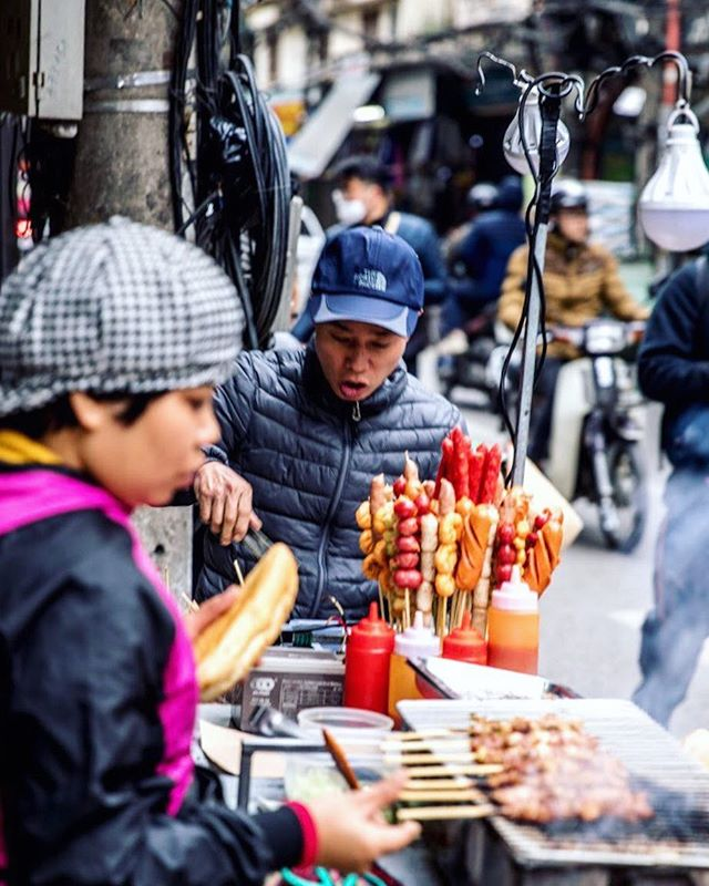 Friday : Snack Time. • • • • • #travel #artofvisuals #instatravels #igtravels #instagood #beautifuldestinations #passionpassport #discovertheworld #discoverearth #earthofficial #travelstoke #travelblogger #doyoutravel #theglobewanderer #worlderlust #southeastasia #TravelBug #TravelPics #TravelMore #wander #TravelAddict #wanderlust #SPICollective #streetclassics100k #streetsnaps #MySPC #zonestreet #vietnam #hanoi #asia
