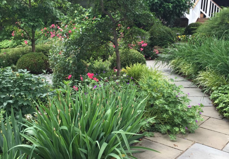 BLUESTONE PATHS LEAD VISITORS TO A SUNKEN GARDEN