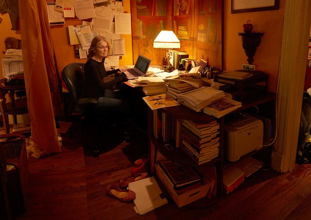 Gloria Steinem dans son bureau. Photographie d'Annie Leibovitz dans son livre  Annie Leibovitz Portraits 2005-2016 aux Editions   Phaidon 2017