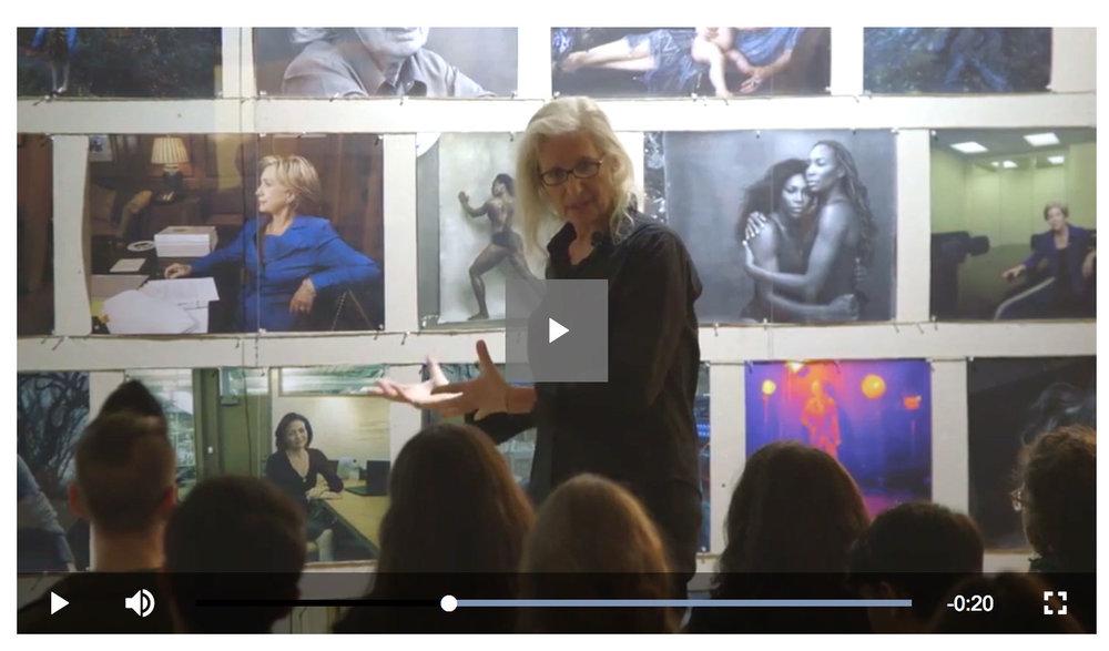 Voir les expositions en vidéo sur le site d'UBS - Ensemble, Gloria Steinem et Annie Leibovitz ont entrepris de poursuivre un projet intitulé «Women, new portraits » . Le livre paru en 1999 sous le titre «Women » et initié par la photographe et Susan Sontag n'était finalement qu'une étape d'un projet qu'Annie Leibovitz entend mener encore longtemps et «… qui ne sera jamais fini.» Car, expliquait la photographe à Vogue USA en 2016, «C'est le genre de projet qui n'aura jamais de fin.»