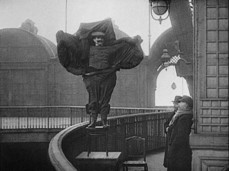 """Un extrait de l'oeuvre d'Agnès Geoffray, """"Flying Man"""""""