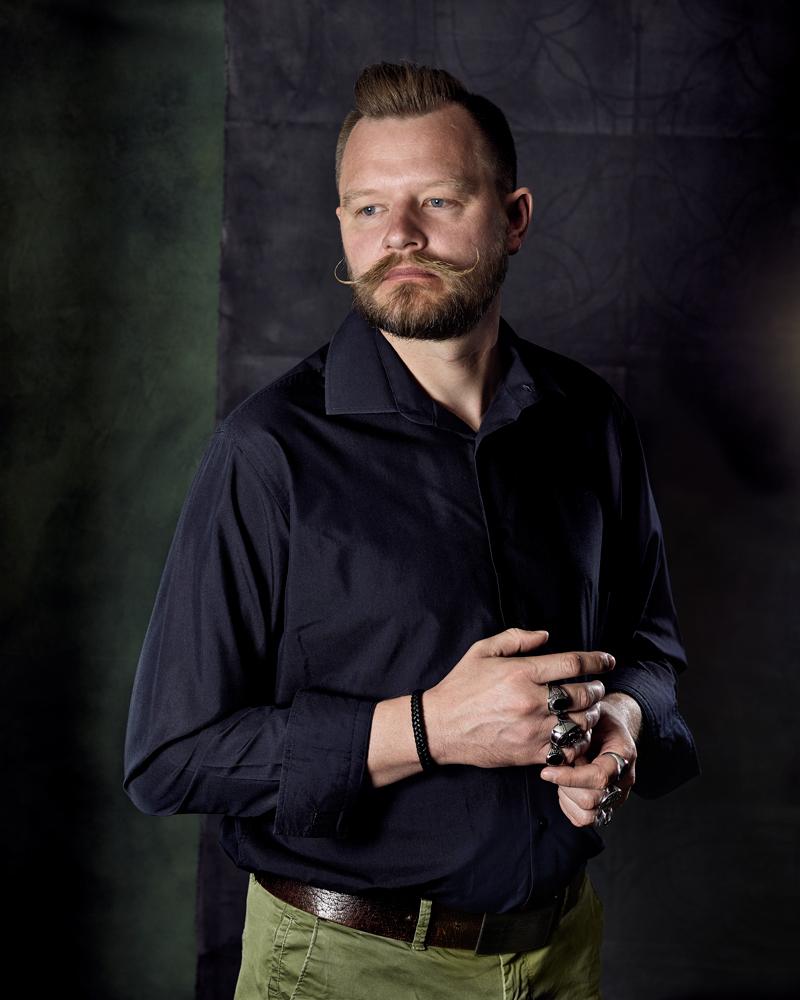 Portrait d'homme aux bagues
