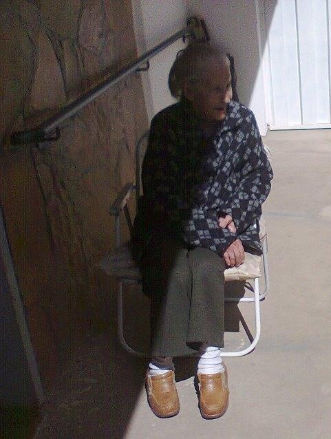 Minha avó Luiza tomando banho de sol num dos poucos momentos que permitiu ser fotografada.Viveu 96 anos.