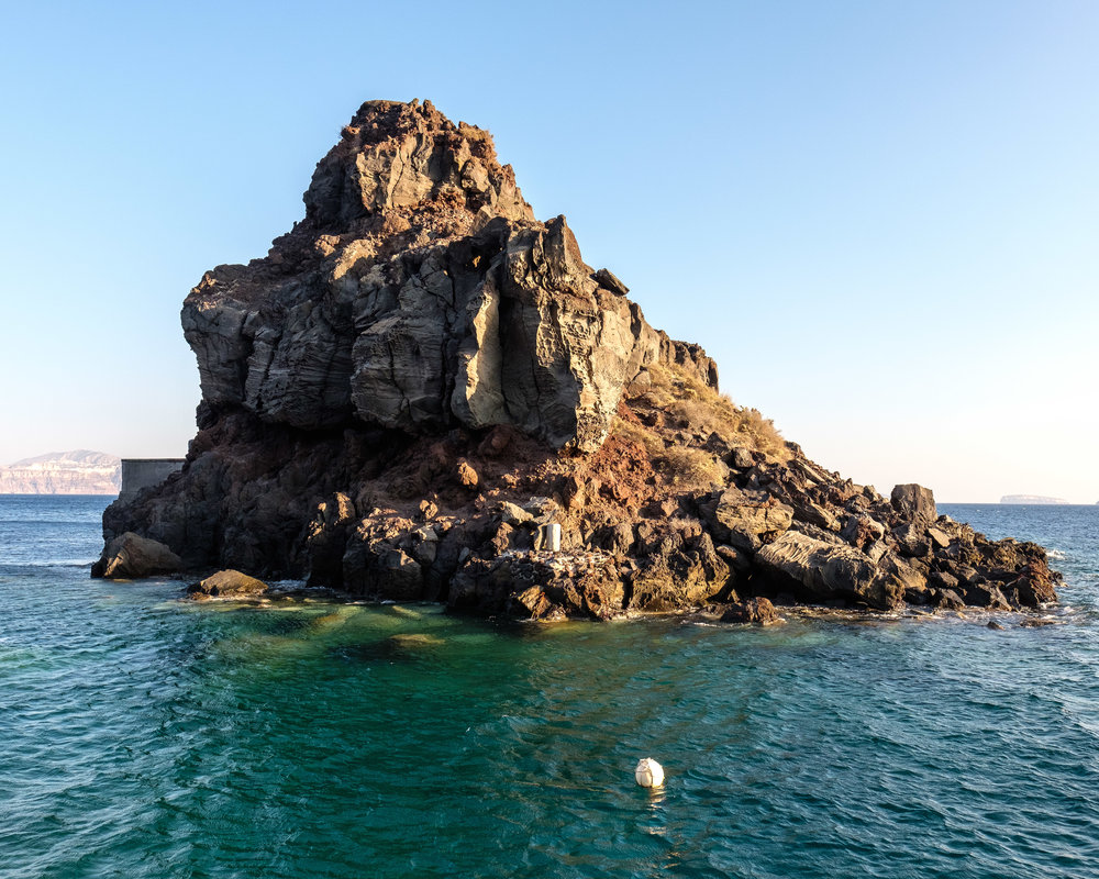 A closer look at the rock at Ammoudi Beach. On the left side, there is a ledge that you could jump off.