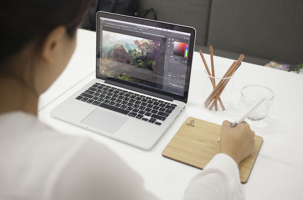 ....Plug and Play Tablet.. 隨插即用..即插即用.... - ....Use the WoodPad straight from the box with our PLUG AND PLAY features for both Mac and PC. No driver installation is needed to use the basic functions on the WoodPad. For artists who need pen pressure capabilities, a driver installation kit is found on our FAQ page. ..直接把WoodPad USB直接在MAC或是PC上就可以啟動,不需要安裝軟體或是電池,插上電池後可以立即開始繪畫,或是使用 Microsoft Ink. 如果需要更多功能,例如筆壓,可以下載我們驅動程式。下載請到常見問題。..直接把WoodPad USB直接在MAC或是PC上就可以启动,不需要安装软体或电池,插上电池后可以立即开始绘画,或是使用Microsoft Ink。如果需要更多功能,例如笔压,可以下载我们驱动程式。下载请到常见问题。....
