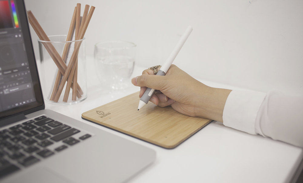 ....Battery-free Pen..無電池筆設計..无电池笔设计.... - ....This USB-powered drawing pad eliminates any need for batteries. With the same power consumption as a mouse, the pen will enter sleep mode when it is not in use and automatically wake when the tip touches the pad. ..WoodPad 是個 USB電源繪圖板,不需要任何電池,包含耗電率極低 ( 跟你手上的滑鼠一樣 )。而當筆在沒有使用Woodpad的情形下,會自動進入休眠模式來節省耗電;當筆尖碰觸到繪圖板時,便會自動喚醒筆的繪圖功能。..USB接入,不需要电池,耗电量少。当笔没有在WoodPad™ 的情况下,会自动进入休眠模式来节省电量,当笔尖触碰触摸板的时候,便会自动唤醒触摸笔的绘图功能。....
