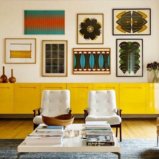 I'm loving seeing the return of high gloss paint finishes - nothing does colour more justice. I wonder if Annie Sloan is having a bit of a freak out? This big yellow sideboard amongst the white furniture looks almost like a half wall of colour it's so big. I'm also a big fan of the patterns as frames art on the gallery wall. By @2larquitetura 🙌☀️🍋💛 . . . #paintedfurniture #midcenturystyle #mcmfurniture #gallerywalldecor #boldinteriors #colourfulhome #gallerywall