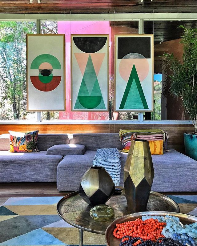 The Singita Sweni lodge in South Africa 😍. Love that peek of pink from outside and the artwork hung in front of glass! 📷 @wheresbrentbeen . . . #amazinghomes #luxuryliving #modernarchitecture