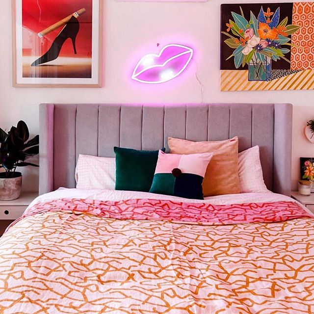 Pink and orange, can't make a rhyme but it's such total perfection. Love this cute bedroom belonging to clever @electric_confetti and photographed by @daniknoxphotos 💗 . . . #bedroomdecor #kipandco #electricconfetti #pinkbedroom
