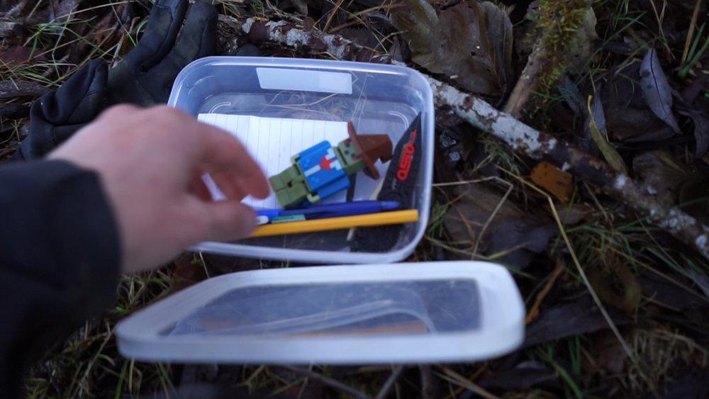 En liten cache med leksaker, loggbok och penna. Foto: Andreas Niva