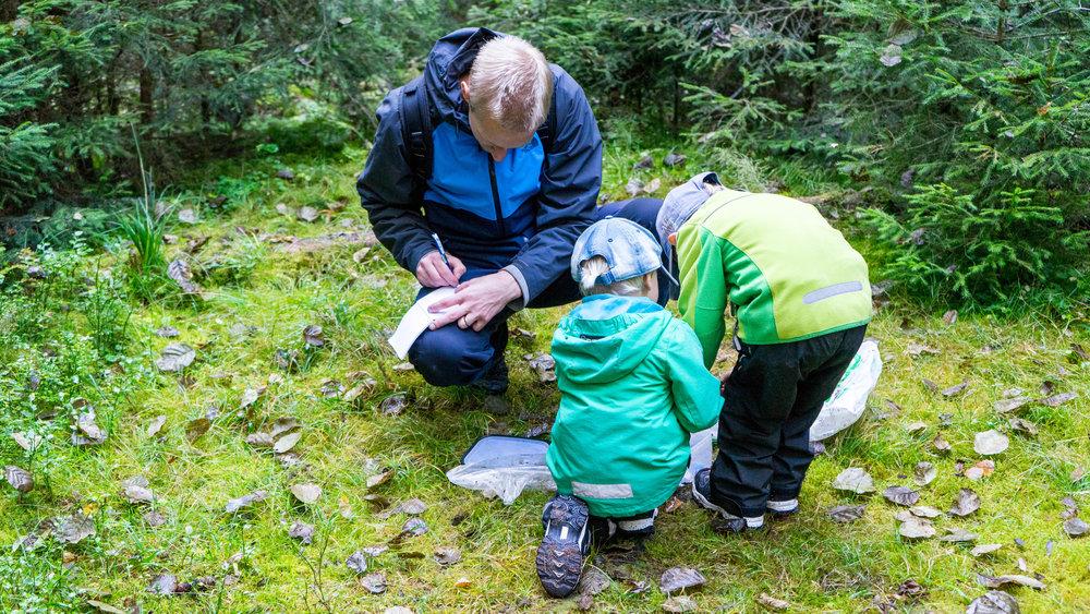 Jag loggar och killarna undersöker cachen. Foto: Andreas Niva