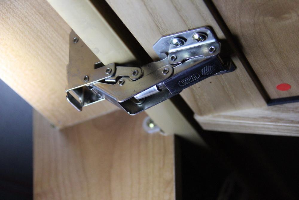 Kitchen_cabinet_hinge,_Frog_hinge_07.jpg