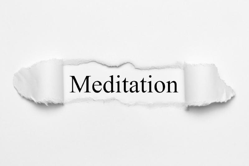 Meditation auf weißen gerissenen Papier