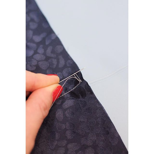 You might think, this is ripping.⠀ But it's not - it's actually a cool trick that helps, when sewing sheer fabric.⠀ Read about it in the free Sewing Life Magazine - follow link in profile.⠀ ⠀ ⠀ #sewsewsew #sewingpatterns #sewing #sewingmagazine #sewingissexy #sewinglove  #lovetosew #sewit #learntosew #happysewing #sewinglifemag #sew #sewingisfun #sewingissexy #makeyourownclothes #sewingpatterns #sewingpattern #sewingissexy