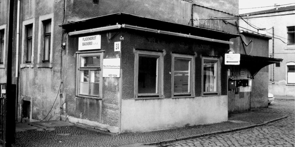Pförtnerhaus aus Stein vor dem Theater in der Fabrik