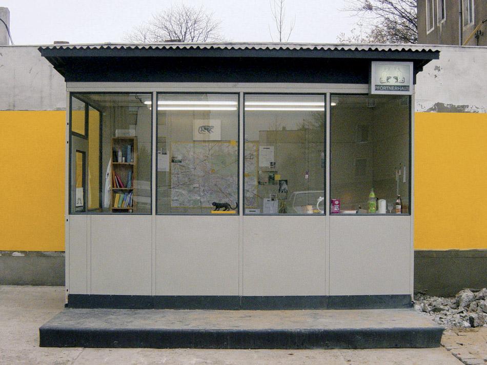 neues Pförtnerhaus, jetzt abbaubar  Face it, Nadin Reschke, 2003,