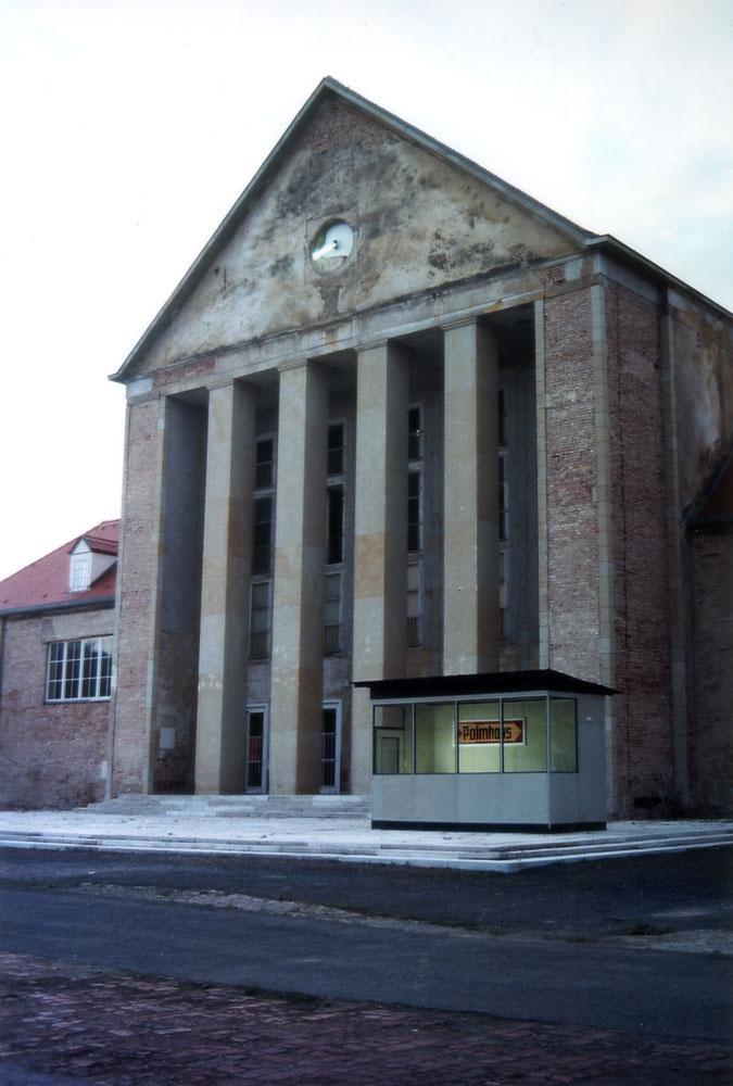 PFÖRTNERHAUS vor dem Festspielhaus Hellerau, 2004  Foto: Christian Schönwälder