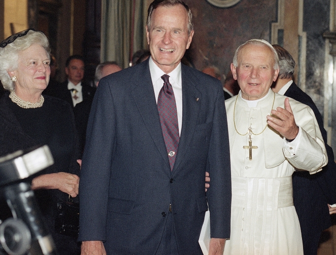 AP_080910049578_Pope_and_GHWBush.jpg