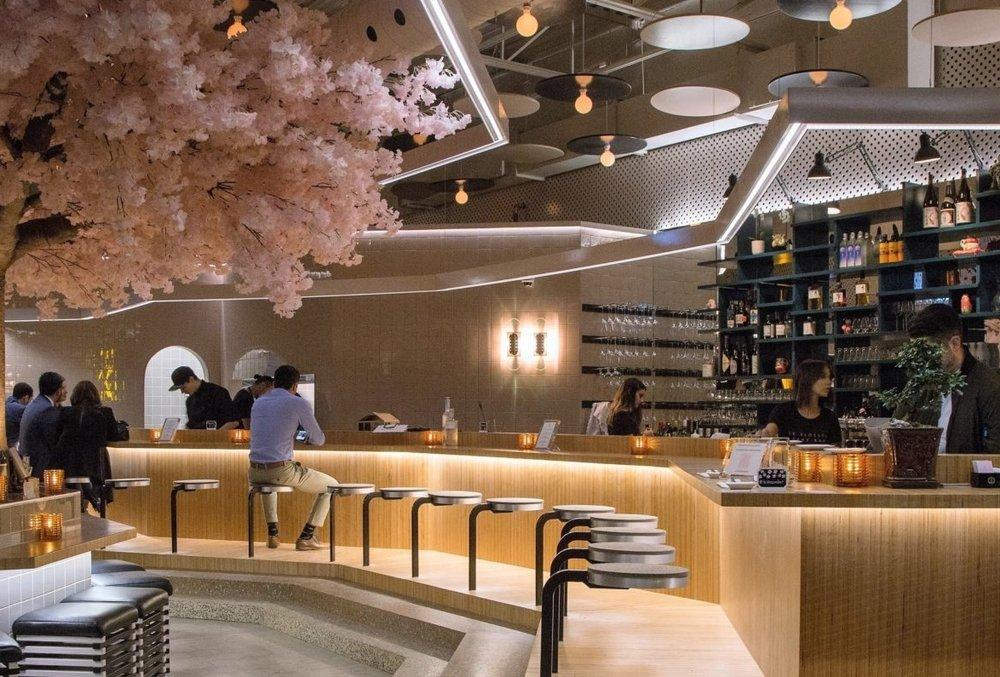 Boire - Oui, il y a bel et bien un cerisier en fleur dans ce magnifique établissement à la décoration épurée.