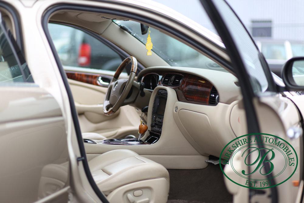 Birkshire Automobiles Jaguar XJ8-9.jpg