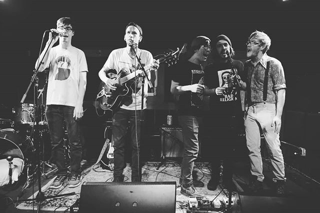 Capping off a show some months ago with our song 'sleepless nights'. #folk #folkpunk #middlefingerfolk #heykyleimcolinyoutoseeifyoucouldbenoversoicanjacksonoffyourpeter