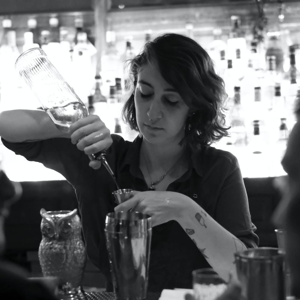 Ana Varela - —DIRECTORA CREATIVA DE BEBIDASBartener y barista, de espíritu curioso e inquieto, Ani elige crear desde lo perceptivo, desde las sensaciones, desde el uso de cada sentido. Busca inspiración no sólo en la gastronomía sino también en la botánica, en el arte y en el diseño, sus otras pasiones. artender, barist (actualmente formándose como sommelier), esta joven talentosa pasó por Leit Motiv, Duarte, Shout y The Harrison Speakeasy, donde actualmente se desempeña como bartender. Con este background a cuestas, Ana llega a Gorriti como Directora Creativa de Bebidas, aportando un aire fresco y renovado a una carta de tragos que promete ser imperdible.