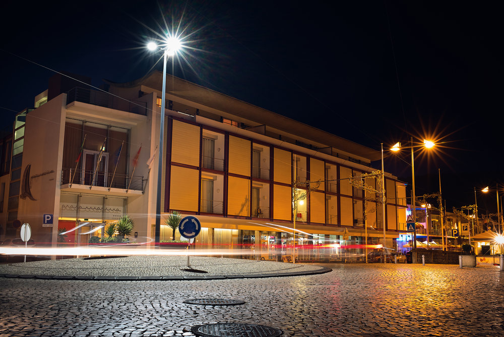 Vista da Frente do Hotel à Noite