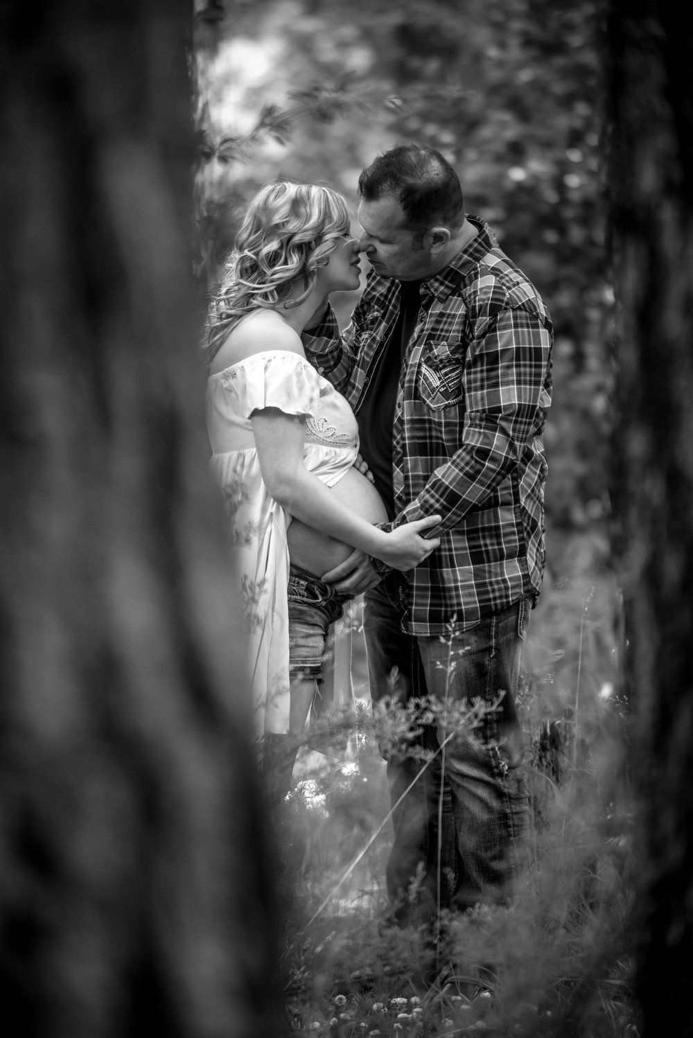 wes fisher photography - maternity - sneaky woodland black and white kiss.jpg