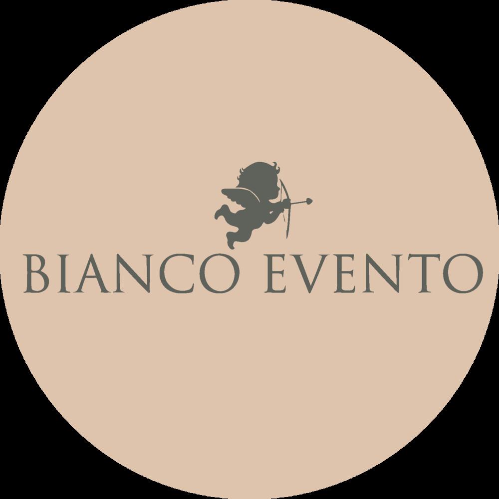 Bianco Evento je evropski proizvajalec visoko kakovostnih porocnih oblek. Navdih prejema iz lepote custev, ki jih zenska dozivlja na ta poseben dan. Njihova strast do nepozabnih trenutkov se odraza v vsakem oblikovanju in je izredno skrbno pripravljena.