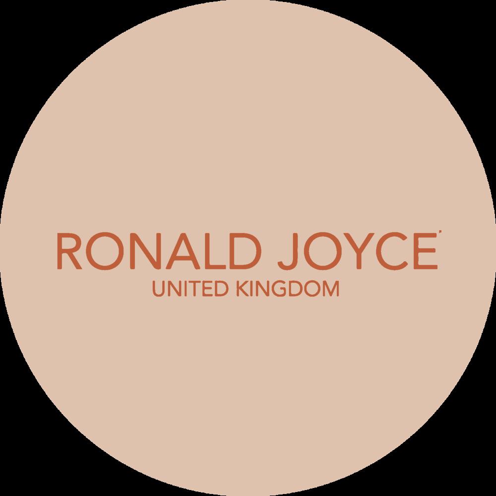 Znamka Ronald Joyce je bilal ustanovljena leta 1950, ustanovila pa sta jo legendarna Ronald in Joyce Phillips kot Londonska oblikovalska hisa Bridal in Evening Wear. Zdaj sta ena izmed najbolj znanih proizvajalcev v industriji za zenske porocne obleke, druzice in ostale obleke. Italijanski rojen oblikovalec, Veni Infantino je razvil edinstven slog pri ustvarjanju cudovitih oblek, z uporabo sodobnih materialov in mehkih oblik. Veniov stil sloga je eleganten, zenstven in brezcasen. S kombinacijo klasicnih modelov in sodobnih modnih inovacij, kolekcija Ronald Joyce ponuja nevestam razkosno in raznoliko izbiro stilov, ki so edinstvene na trgu.
