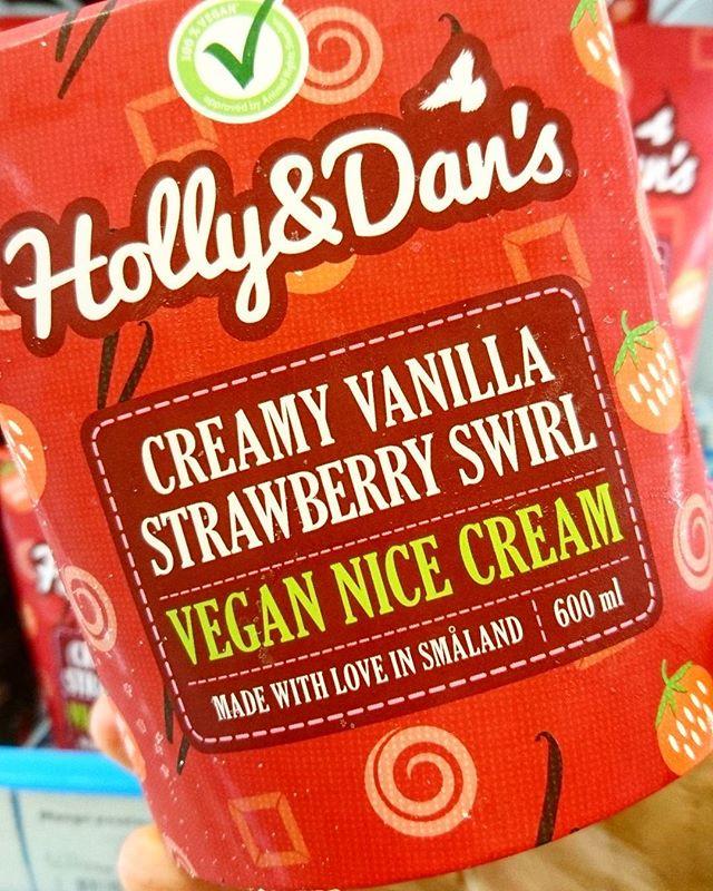 Oled sa juba meie veganijäätiseid proovinud? 😍 Näiteks maasikamoosikeeruga vanillijäätis koos kodumaiste värskete aedmaasikate või metsmaasikatega on esmaspäeva ergutamiseks parim kombinatsioon 🍓 #hollyanddanseesti #hollydans #strawberry #strawberryswirl #vegancommunity #vegan #crueltyfree #rimieesti #stockmanneesti