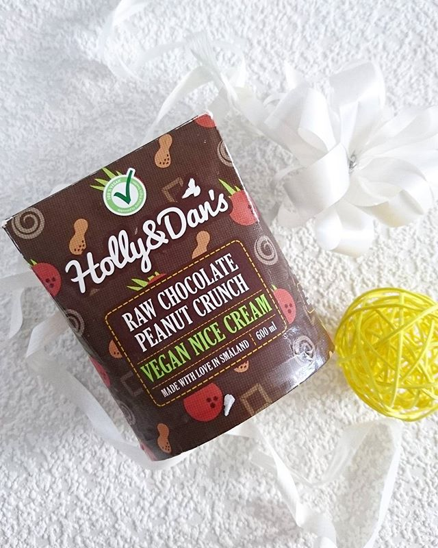 Tee alanud uus kuu magusaks Holly and Dan's šokolaadijäätisega, milles leiad ka hamba alla krõmpsuvaid maapähkleid 😏  #vegancommunity #veganicecream #vegannicecream #nicecream #icecream #hollyanddansnicecream #hollyanddanseesti #hollyanddans #crueltyfree #vegan #vegandessert #chocolatepeanut #chocolatenicecream