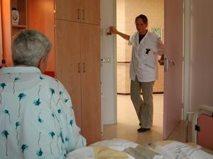 Inicio_Rapidez_enfermera llega habitacion.jpg