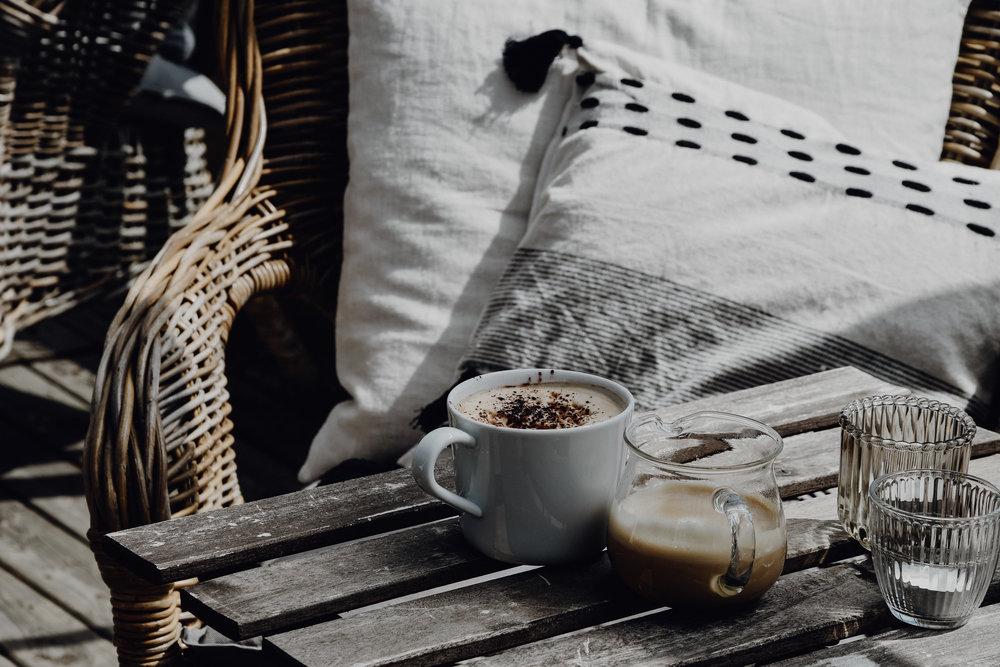 La Serre - La serre offre une atmosphère conviviale, tranquillisante et charmante. Arrêtez-vous un instant autour d'une bonne tasse de café ou de thé maison. Laissez-vous emporter dans un voyage plein de senteurs et de couleurs que vous inspirera le cadre du jardin floral.