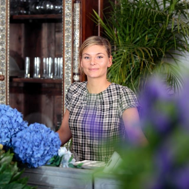 Elis Lambert   Elis ist die Frau, wenn es um wunderschöne Blumendekorationen geht. Für jeden Geschmack und jeden Anlass bringt sie die richtigen Blumen zu unseren Paaren. Man merkt, dass ihr Herz für schöne und elegante Blumen schlägt und ihr Ideenreichtum unersättlich ist.