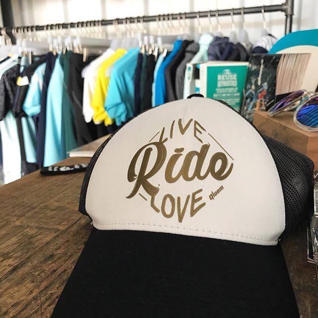 Live Ride Love. Wir tun, was wir lieben. 🚲 🚵🏼♀️🚵🏼♀️ ❣️ Und zeigen Euch ein paar Bilder aus unserem neuen Qloom Showroom in Deutschland. Coole, fröhliche Styles. Bei uns findest Du die gesamte Qloom Bikewear Kollektion. #showroom für #cyclingapparel in #darmstadt 〰️ 〰️ #qloombikewear #rideinstyle #qloom für #mountainbike #enduromtb #cycling #cyclists #activewear #mountainbikelife #bikenowworklater #mtb #mtblifestyle #downhillmtb #cyclinglife #cyclestyle #cyclinglove #cyclingkit #cyclistoffice #cyclegear #finestequipment #cyclingphotos #dowhatyoulove with the #bestteamever #liveridelove