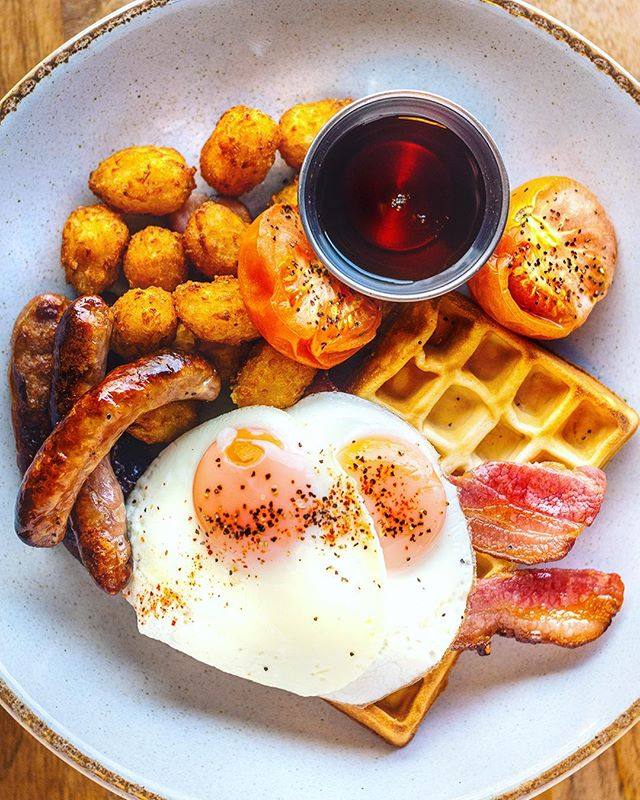 In need of Breakfast or Brunch? Check out one of our favourites 👇   🇺🇸 American Waffle 🇺🇸  #Homemade #Belgianwaffle topped with a stack of #chipolata #sausages, eggs #overeasy 🍳  streaky #bacon 🥓 grilled #tomato 🍅 mini #hashbrowns and #maplesyrup  Check out more options on our website! 👆     #americanwaffle #breakfastofchampions #brunchofchampions #brunch #breakfast #saturday #saturdaybrunch #lovebreakfast #foodstagram  #brunchlover #lovebournemouth #dorsetfoodie #dorset #lovefordorset #poole #lovepoole #wimborne #wimborneminster #yummy #maple