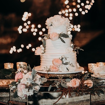 are you grabbing a late night snack right now? this is our absolute favorite late night snack 😻 a delicious wedding cake? yes please 🍰